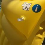 Ventil im Fokus auf gelber Luftmatratze