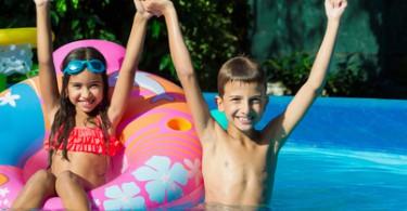 Kinder freuen sich mit Luftmatratze