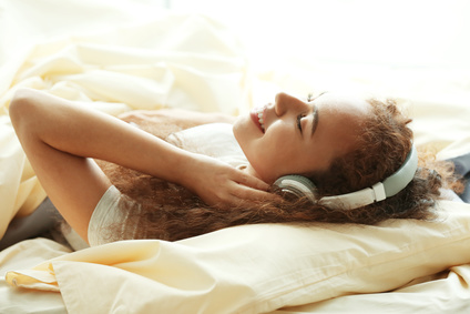Frau liegt entspannt auf Luftbett