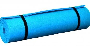 Blaue Isomatte zusammengerollt und verschnürt