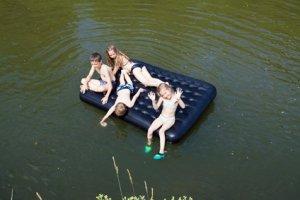 Kinder auf Schlafluftmatratze im See